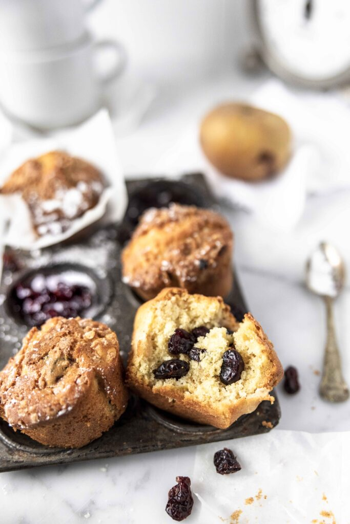 Easy and fast small mini cakes with apples and cranberries