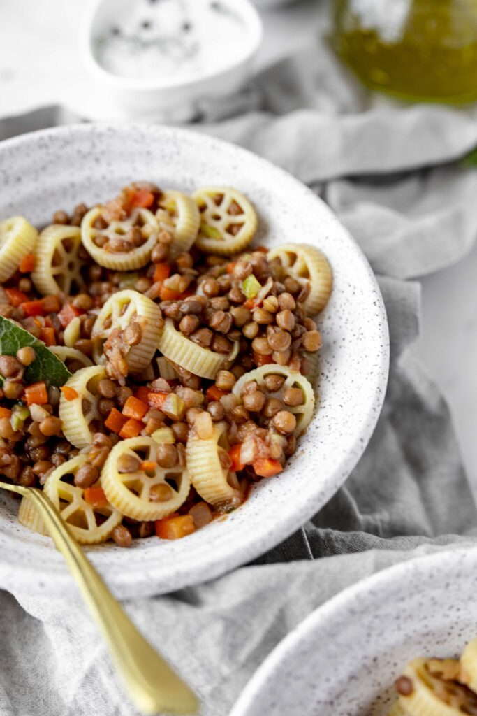 Pasta and lentils with laurel and vegetables